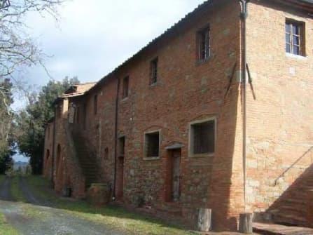 Деревенский дом с античной церковью в Тоскане