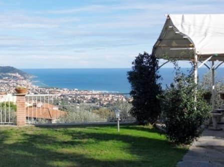 Sea view villa for sale in Diano Marina