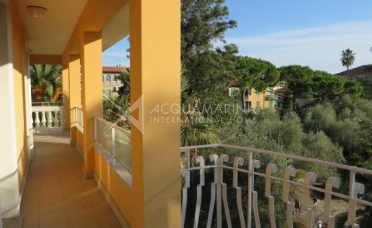 Bagno In Mansarda Con Doccia E Vasca Interior Design : Appartamenti a bordighera appartamento in affitto