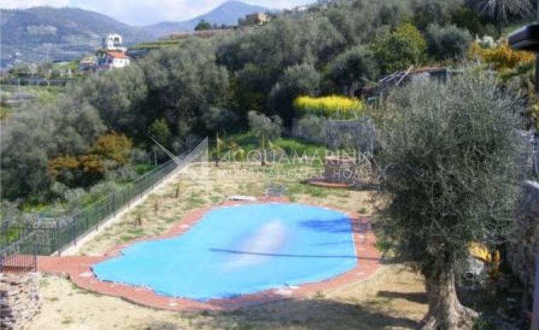 Bordighera  Casa con piscina <br />1/2